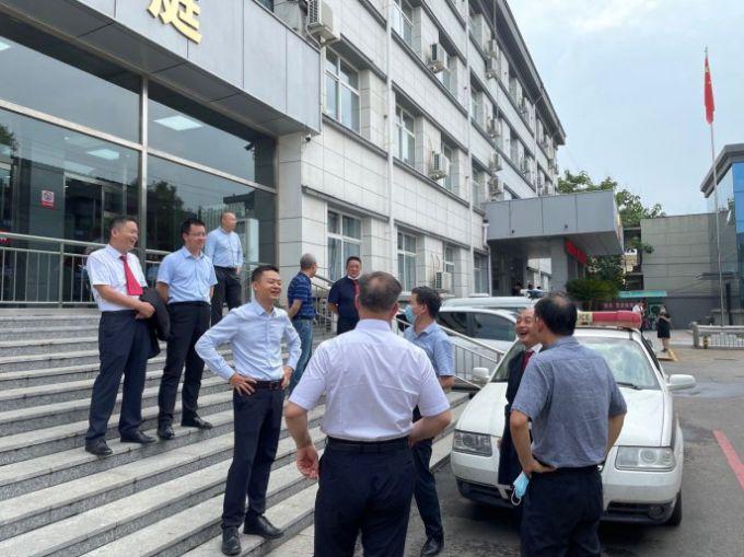 Dawu-lawyers-大午案律师们在法庭外